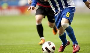 fussball-laufduell-mit-dribbling