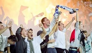 jubelnde-fussball-fans