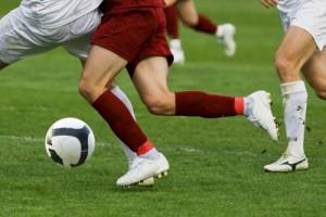 fussball-dribbling-zweikampf
