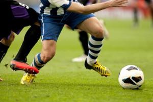 fussball-duell-dribbling