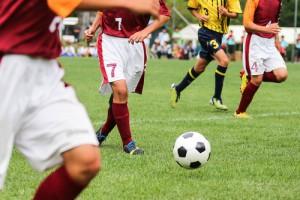fussball-platz-rasen-pass-beine-lauf-sprint-angriff