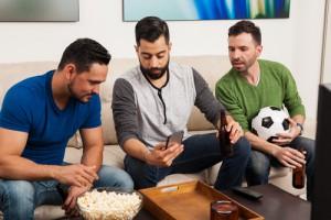 mobile-handy-app-freunde-gruppe-fussball-wetten