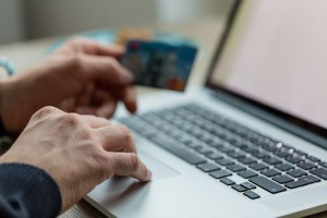 pc-notebook-online-geld-zahlung-kreditkarte-ueberweisung